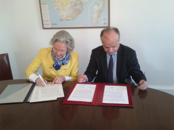 Signature de la déclaration d'intention franco-allemande par Mme Wasum-Rainer et M. Belliard
